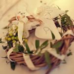 bouquet di fiori con fedi matrimoniali